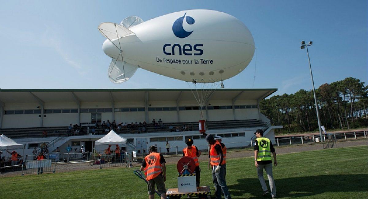 Pour la 5e annee consecutive, et dans le cadre de ses 50 ans, le C'Space s'est deroule a Biscarrosse du samedi 24 au samedi 31 aout 2013, dans les Landes, sur le centre DGA Essais de Missiles (DGA-EM). Organise par l'agence spatiale francaise (le CNES), l'association Planete Sciences, la DGA et en partenariat avec la commune de Biscarrosse, ce rendez-vous regroupe cette annee pres de 200 etudiants d'horizons et de cultures differents.