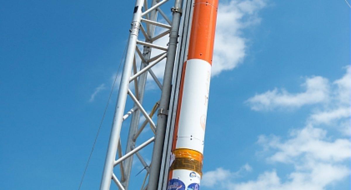 Fusex du projet Perseus sur sa rampe de lancement au C'Space.  Le C'Space est l'occasion pour des passionnes d'espace de mettre en oeuvre un projet depuis sa conception jusqu'a sa realisation en integrant des experiences scientifiques embarquees. Tout au long de l'annee de developpement en equipe, les etudiants sont confrontes a toutes les dimensions de realisation d'un projet transdisciplinaire.   Pour sa 52e edition, le C'Space s'est deroule pour la premiere fois pres de Tarbes dans les Pyrenees, sur le camp militaire de Ger du 1er RHP (Regiment de Hussards Parachutistes).